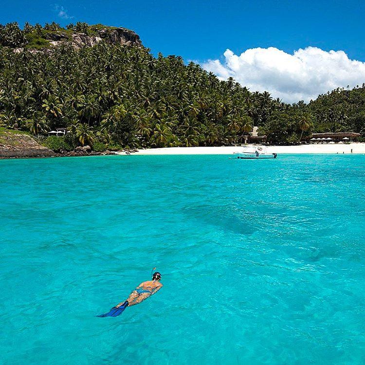 Pesquisando destinos incríveis para lua de mel já coloquei um no meu radar.  Seychelles, um arquipélago com 115 ilhas espalhadas pelo Oceano Índico com muuuuita privacidade e exclusividade. Destaque para estas cinco ilhas top masters para uma viagem romântica:  Denis Island é tudo o que se imagina que uma ilha deserta deva ser. Formada por corais, é repleta de palmeiras, praias de areia branca e recifes.  Desrolhes tem 8Km de praia de areia branca e muitas palmeiras, é um cenário tropical paradisíaco e encantador.  Silhouette é um refúgio super preservado que permaneceu inalterado por muito tempo. Não há ruas e praias intocadas são protegidas por recifes de coral e algumas só podem ser acessadas por barcos. A ilha Round tem praias incríveis e cavernas, excelentes para natação. Uma volta pela ilha dura cerca de 15 minutos. Para terminar, a North Island é uma ilha tropical no paraíso. O verde esmeralda de suas colinas combina perfeitamente com o azul turquesa do mar e o branco da areia.  E ai o que acharam? Alguma dica ou sugestão? Eu e a @quelfurtado do @vamospraonde (que também está noivinha) estamos encantada com essa beleza toda! . #viagens #honneymoon #seychelles #leblog #visitseychelles #travellers #viajante #travelgirl