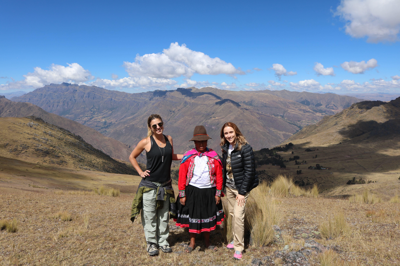 Patricia Mattos e Jaqueline Sessa posam com uma típica andina