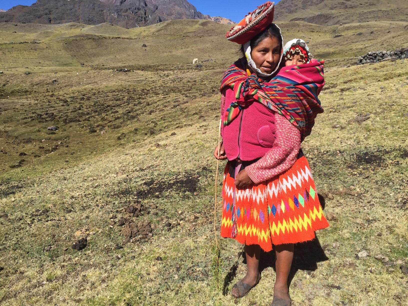 A mãe leva o bebe andino por todo o caminho