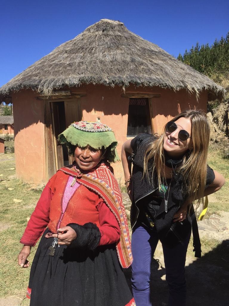 Patricia Mattos com uma típica andina