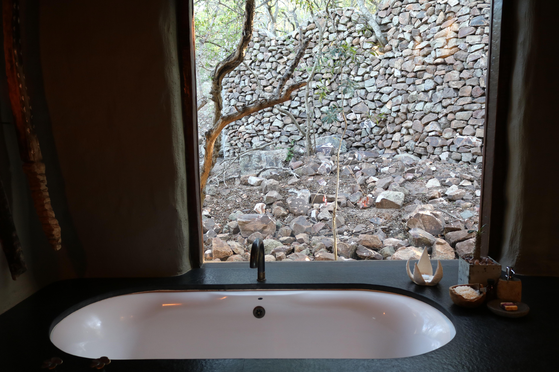 Banheira com vista para a floresta