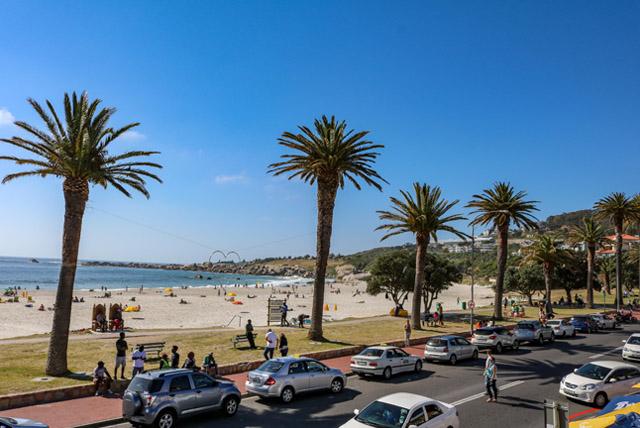 Vista da praia de Camps Bay pela varanda do Mantra Café