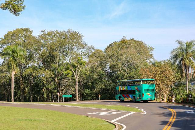 Ônibus que deixa os visitantes no início da trilha para as Cataratas