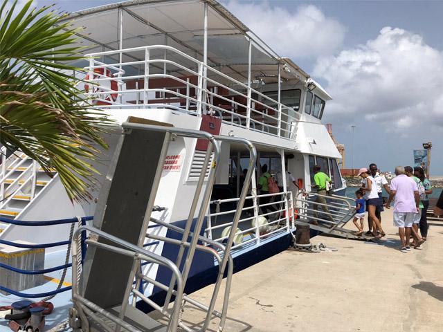 Barco que leva os passageiros até o submarino