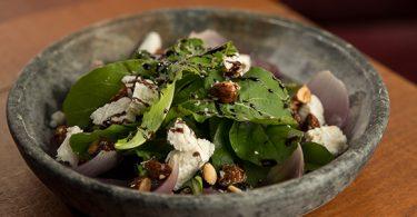 BBQ Farm_Salada de Rúcula com Queijo de Cabra, Cebola Roxa, Amêndoas Caramelizadas e Redução de Balsâmico_Henrique Peron (1)