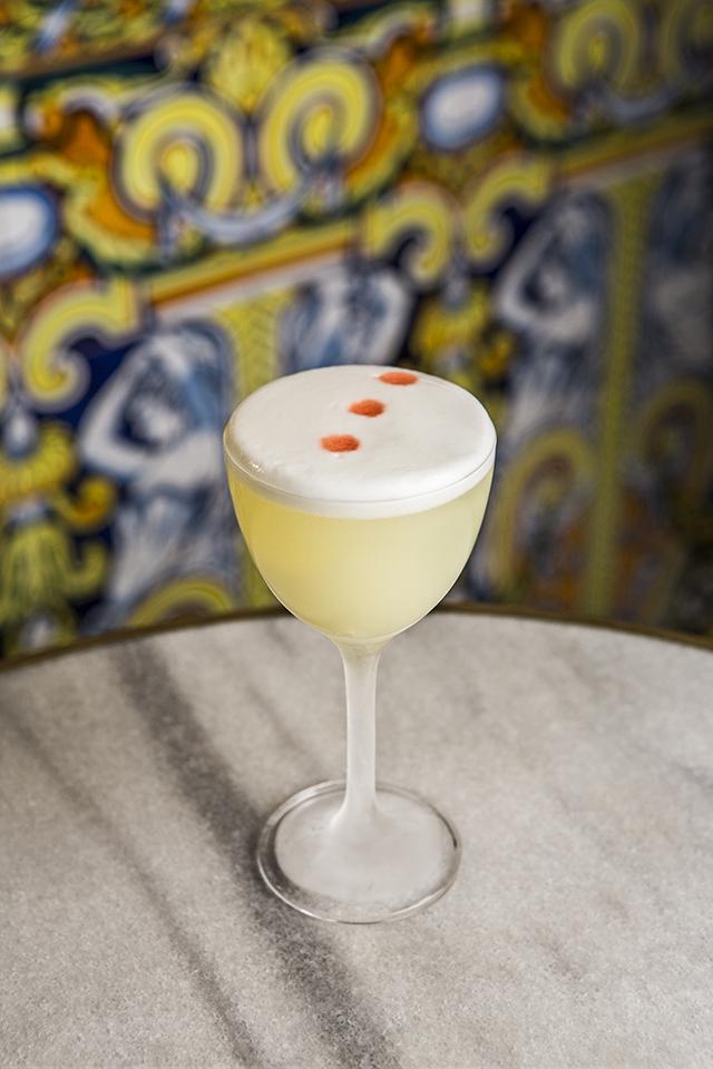 VIVA MADRID cóctel Claymore (pisco aromático, whisky Islay, Chartreuse verde, zumo de limón y sirope) @ Acción y Comunicación
