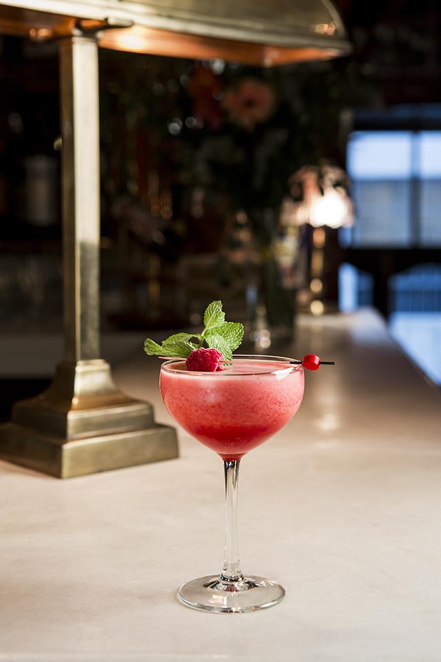 VIVA MADRID cóctel Clover Leaf Club (ginebra Bombay Sapphie, sumo de limón, frambuesas, hierbabuena y sirope) @ Acción y Comunicación